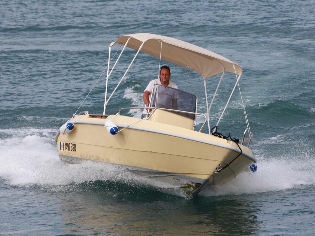 Noleggia la tua barca sul lago di garda senza patente nautica for Noleggio di cabine per lago